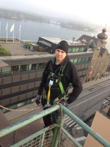 Dennis Engström, Bauer Elektriska AB, installerar takvärmeanläggning på Katarinavägen 20.